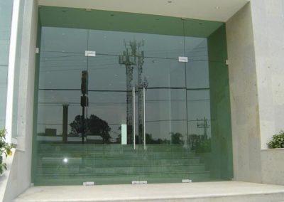 puerta-en-vidrio-templado-y-de-seguridad-con-herrajes-en-acero-inoxidable_28382
